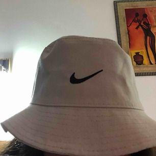 En splittrans ny Nike buckethat, säljs pågrund av att jag råka beställa två. Tar emot Swish och kan både posta och möjligtvis mötas upp.