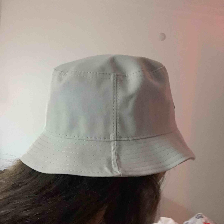 En splittrans ny Nike buckethat, säljs pågrund av att jag råka beställa två. Tar emot Swish och kan både posta och möjligtvis mötas upp. . Accessoarer.