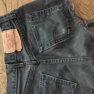 Shorts från Levis. Mycket gott skick, svarta och passar S. Möter upp eller fraktar:)