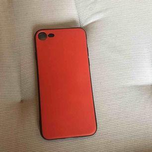 detta är ett skal till iPhone 7 och det ändrar färg beroende på hur varmt det är ute, den passar till iPhone 7 & 8 :) original pris: 100 aldrig använt så sänkt 20kr