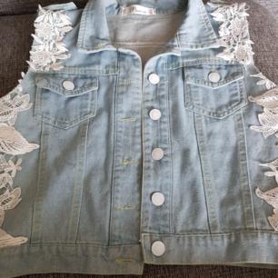 Jeansväst med spetsdetaljer. Storlek S/M.köparen står för ev frakt 😊