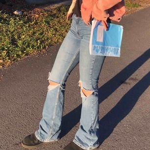 Säljer dessa jeans med egen klippta hål men väldigt snygga! Köparen står för frakt!