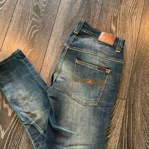 Riktigt fina nudie jeans självklart äkta, ny pris på dessa är 1399kr säljer dom då dom inte kom till användning! Så gott som nya! Storlek W33 L32