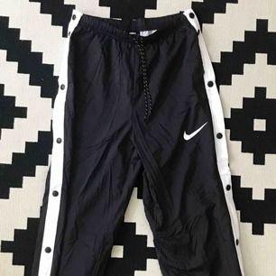 Nike Sportswear byxa, strl XS. Säljes pga för lång för mig (är 151cm lång), därav aldrig använda och i nyskick. Köpare står för frakt men kan även mötas upp i centrala Stockholm.