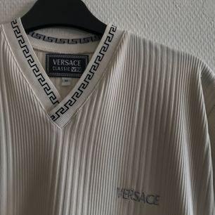Versace tshirt, oklart om den är äkta eller ej men den är i jättefin kvalité iaf. Frakt tillkommer på 36kr.