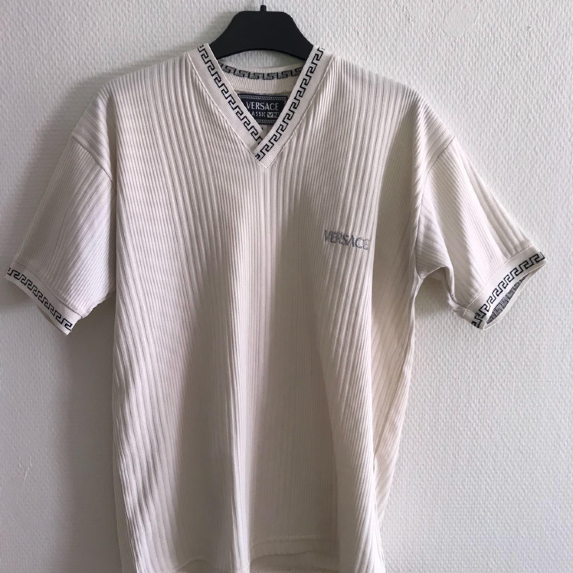 Versace tshirt, oklart om den är äkta eller ej men den är i jättefin kvalité iaf. Frakt tillkommer på 36kr.. T-shirts.
