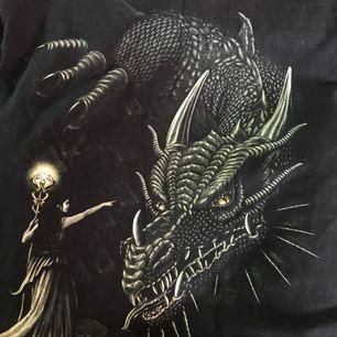 T-shirt med tryck i fint skick. Frakt tillkommer på 36kr