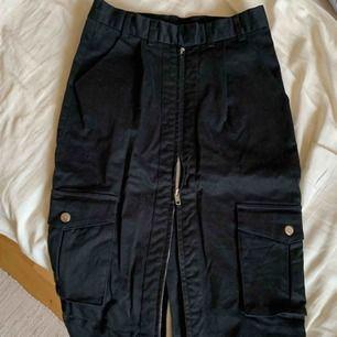 Sjukt snygg kjol från Mary Kate & Ashley Olsens samarbete med Bikbok. Midjehög, går ner till knäna. Dragkedja hela vägen samt 4 fickor. Storlek 34/XS. Frakt tillkommer! 💘