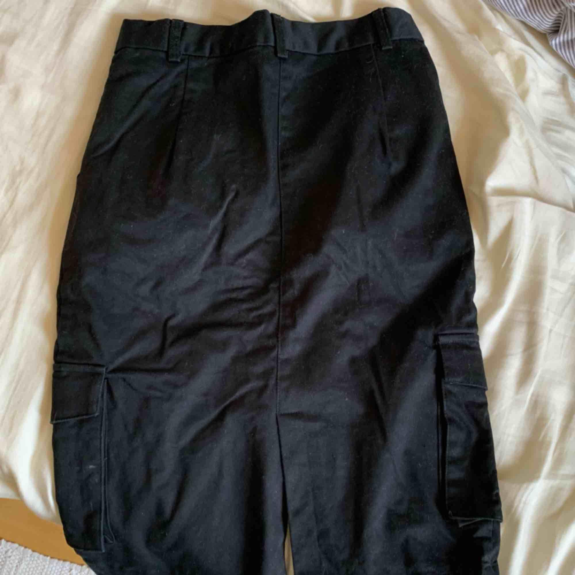 Sjukt snygg kjol från Mary Kate & Ashley Olsens samarbete med Bikbok. Midjehög, går ner till knäna. Dragkedja hela vägen samt 4 fickor. Storlek 34/XS. Frakt tillkommer! 💘. Kjolar.