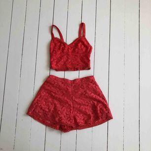 Rött set från Hollister. Toppen är som en croptop & byxan som längre shorts / en kort kjol i modellen. Vid köp av båda delar 150kr, annars 100kr/del. Kontakt för mer bilder.