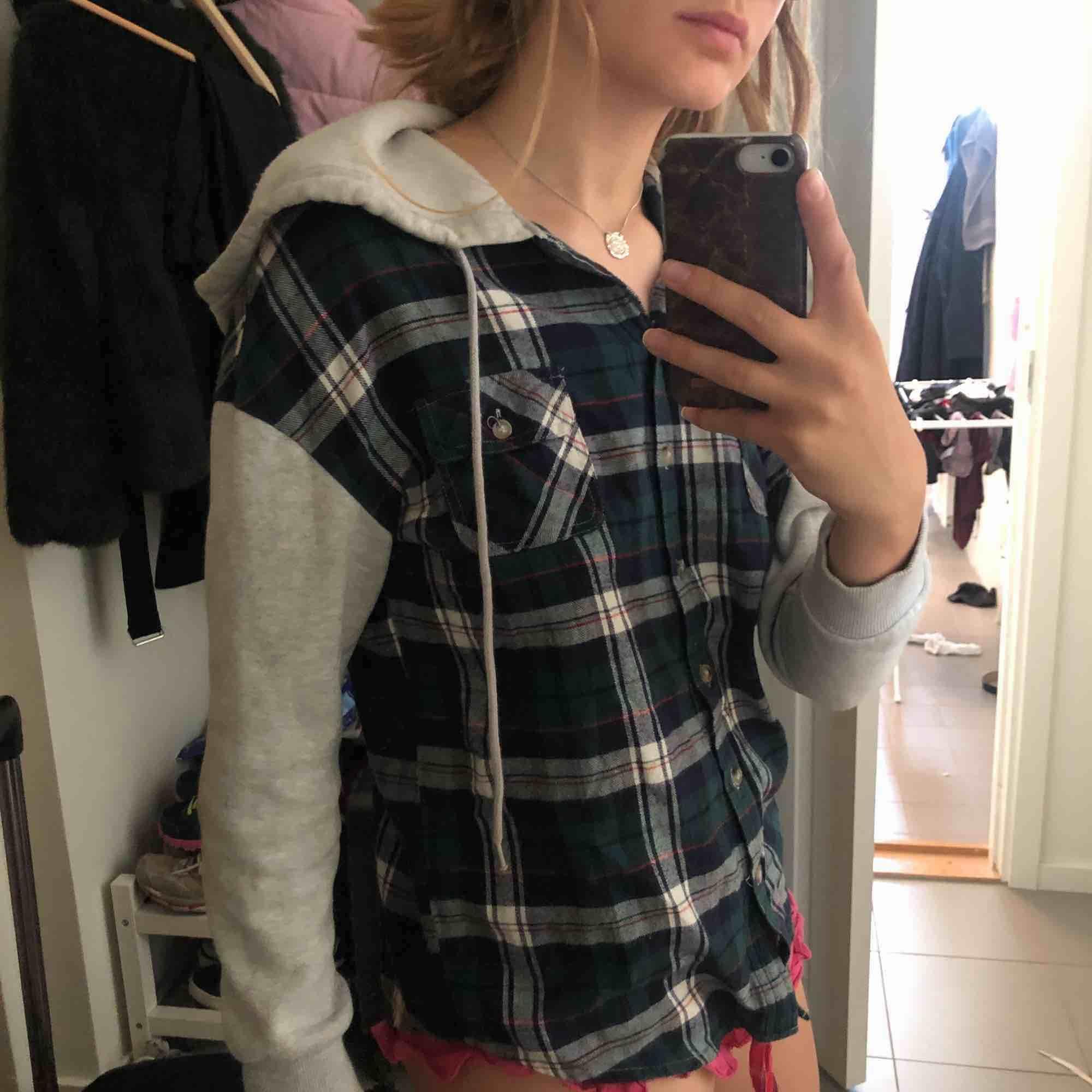 En skjort/hoodie i rutigt flanell material. Nästan aldrig använd! . Huvtröjor & Träningströjor.