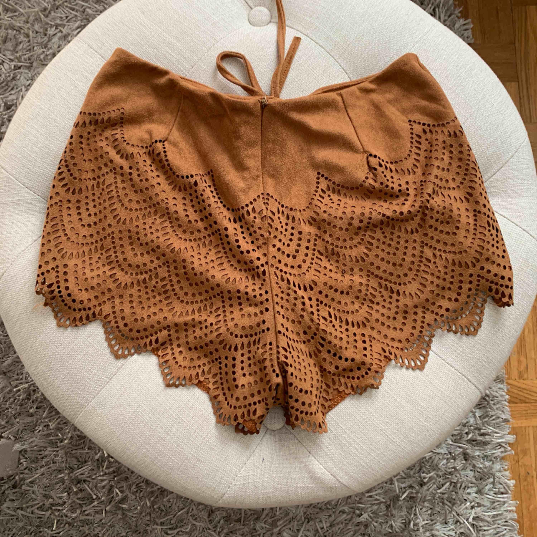 Otroligt fina shorts i mocka liknande material med cut out detaljer. Storlek S, frakt tillkommer.. Shorts.