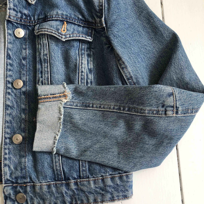 Kortare jeansjacka från H&M med detaljer på armarna. Knappt använd, bra skick. Kontakta mig för mer bilder! . Jackor.