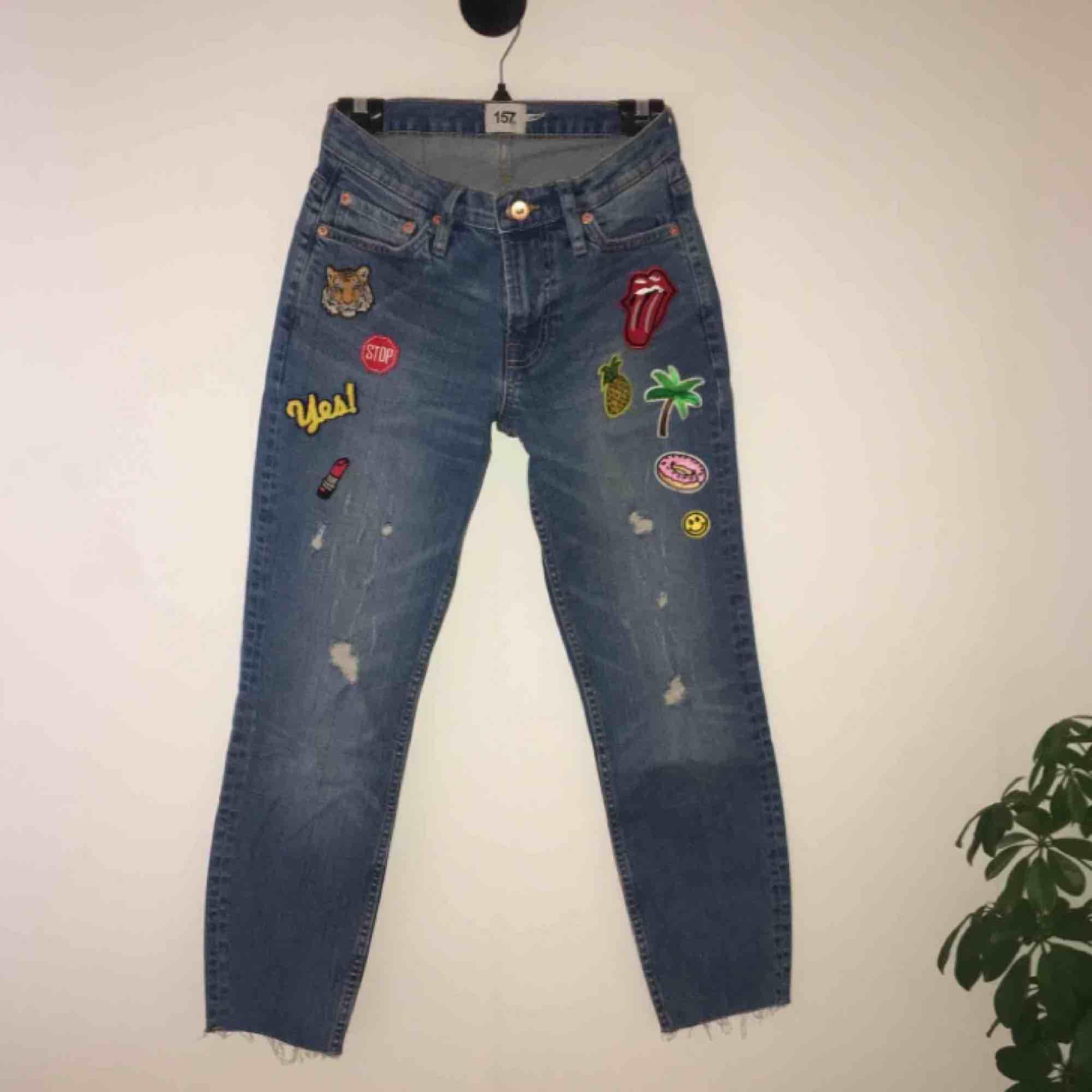 Lite slitna jeans som jag experimenterat lite med. Nypris 200kr. Aldrig använda. Felfria. Pris går att diskutera! Kan mötas upp i Örebro eller Uppsala, annars står köparen för frakt (:. Jeans & Byxor.