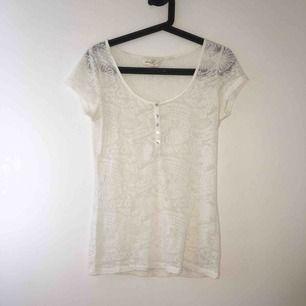 Vit mönstrad t-shirt. Använd en gång. Pris går att diskutera! Kan mötas upp i Örebro eller Uppsala, annars står köparen för frakt.