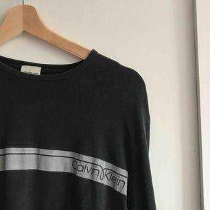 Äkta Calvin Klein tröja, uppfattas mer som en M än L. Sjukt mjukt material på tröjan, och den är sparsamt använd!