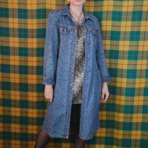 Äldre H&M Jeansjacka köpt secondhand, superfin ganska åtsittande modell med knappstängning och fickor fram. Frakten för denna ligger på 63 kr, samfraktar gärna! 😌👍 (mer fraktkostnad kan tillkomma vid köp av flertalet varor)