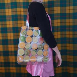 Gullig plastväska med fruktmönster, i använt skick men ändå hel och bra. Det står FLEUR DE SANTE cosmetics jättelitet i ett hörn, se bild 2. Frakten för denna ligger på 36 kr, samfraktar gärna! 😌👍 (mer fraktkostnad kan tillkomma vid köp av flertalet varor)