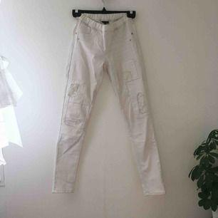Vita jeans med spets-lappning. Använda 3 gånger. Pris går att diskutera! Är alltså storlek 152 som motsvarar XS, men tack vare resår fick jag på mig dom som är storlek M. Kan mötas upp i Örebro eller Uppsala, annars står köparen för frakt.