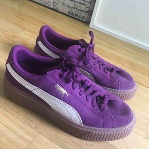 Säljer ett par lila puma suede platform sneakers, använda ett fåtal gånger. Bra skick!