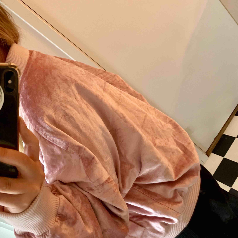 Bomberjacka i sammet, fin ljus rosa, knappt använd alls:) frakt tillkommer. Jackor.