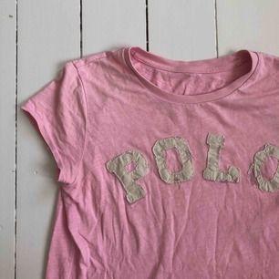 Rosa tröja polo Ralph Lauren. Använd men ok skick, inga fläckar etc. passar XS/S