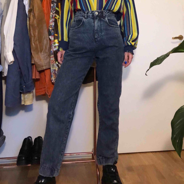 Mom jeans från collusion. Använts sparsamt då de är lite för stora för mig, har storlek 36 och är 175cm. Kan mötas upp i Stockholms innerstad/Södermalm. Kan även frakta, köparen står för kostnaden. . Jeans & Byxor.