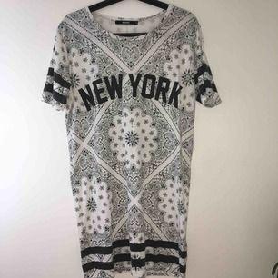 Over sized T-shirt. Rak modell. Det svarta är lite urtvättat i texten och ränkerna på ärmarna. Pris går att diskutera! Kan mötas i Örebro eller Uppsala, annars står köparen för frakt.