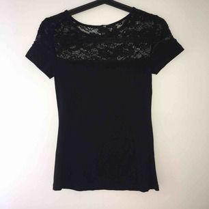 Svart t-shirt med spetsdetalj. Använd 3 gånger. Felfri. Kan mötas upp i Örebro eller Uppsala, annars står köparen för frakt.