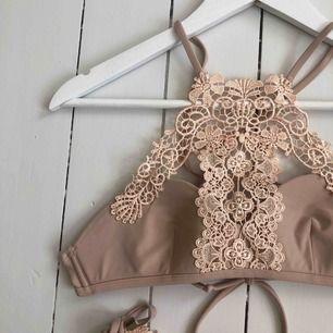 Beige / Smutsrosa bikini från River Island med knyte i ryggen. Nästan aldrig används, så den är i bra skick! Storlek 34. Säljer båda delar för 50 men det går också bra att köpa endast en del för 30kr.