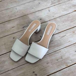 Vita leather heel sandals från mango💞 - bara testade utomhus i några minuter -färg: vit -spegelmaterial på insidan av klacken -köparen står för ev. frakt -betalningssätt: swish