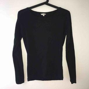 Långärmad tröja i svart. Använd en gång då jag ville ha en tajt men denna sitter lite löst på mig. Kan mötas upp i Örebro eller Uppsala, annars betalar köparen för frakt.