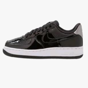 Rikigt snygga svarta sneakers från Nike. Coola detaljer. Bra använt skick. Frakten kostar 70 kr :)