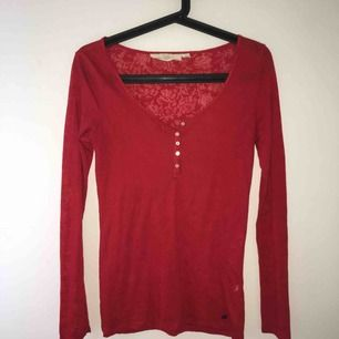 Röd tröja med mönster i. Använd två gånger då jag haft den som jul-tröja. Felfri. Pris går att diskutera! Vill man styla den lite ungdomligt kan man göra en knut på tröjan vid midjan. Kan mötas upp i Örebro eller Uppsala, annars betalar köparen för frakt.
