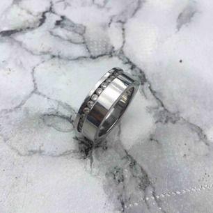 Säljer denna fina ringen från Edblad!  Säljs då den inte passar mig Fint stick!  Storlek : 17,5  🌸Frakt 9 kr🌸
