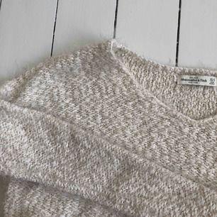 Beige/vit glittrig tröja från Abercrombie & Fitch, storlek XS/S. Längre i ryggen än fram. Bra kvalitet! Kontakta mig för fler bilder. Finns i Malmö.