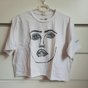 Graphic t-shirt från bandet Disclosure tour merchandise. Köpte när jag var på deras konsert för några år sedan. Använd mycket men tycker den har fortfarande mycket att ge 😊 Storlek L men har croppat den. Frakt ingår