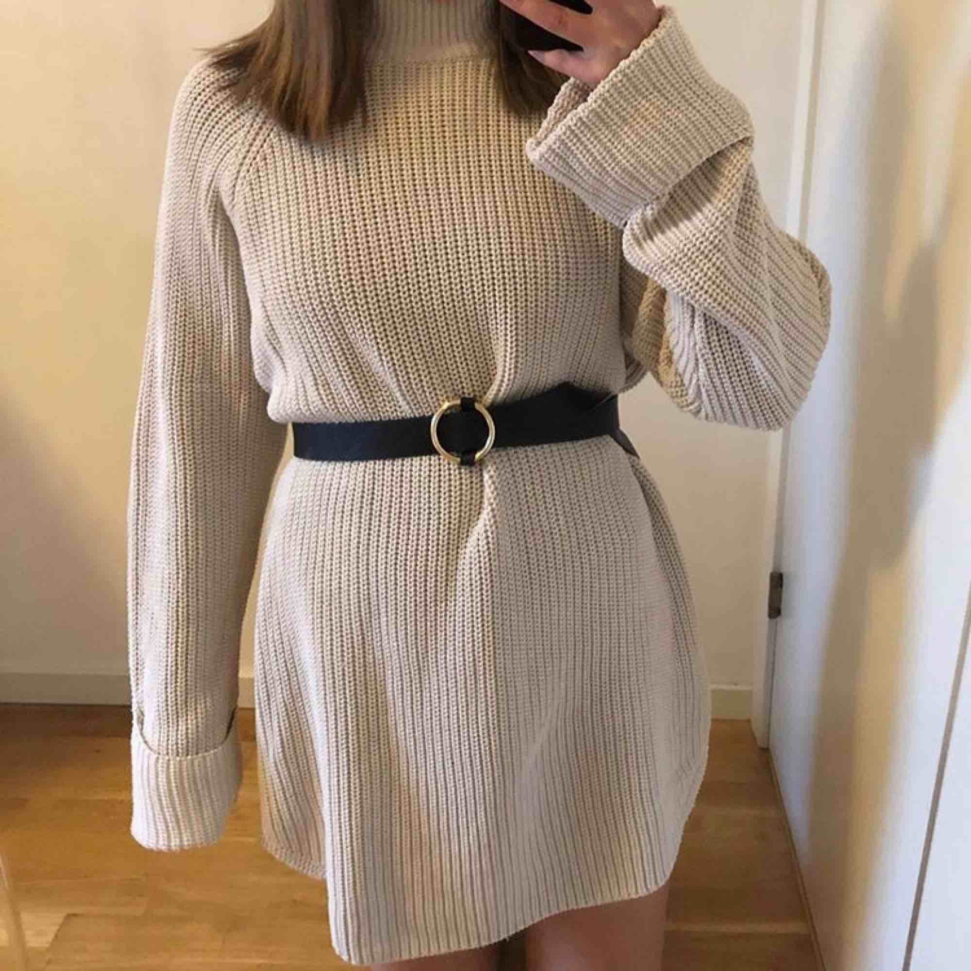En stickat plagg! På mig som är vanligtvis S, är det en klänning, (stl XL egentligen) men på någon som är större blir det nog en lång tröja. Använd 1 gång, skönt material. På mig som är 167 går den till precis över knäna.  Frakt ca 60kr🥰. Stickat.
