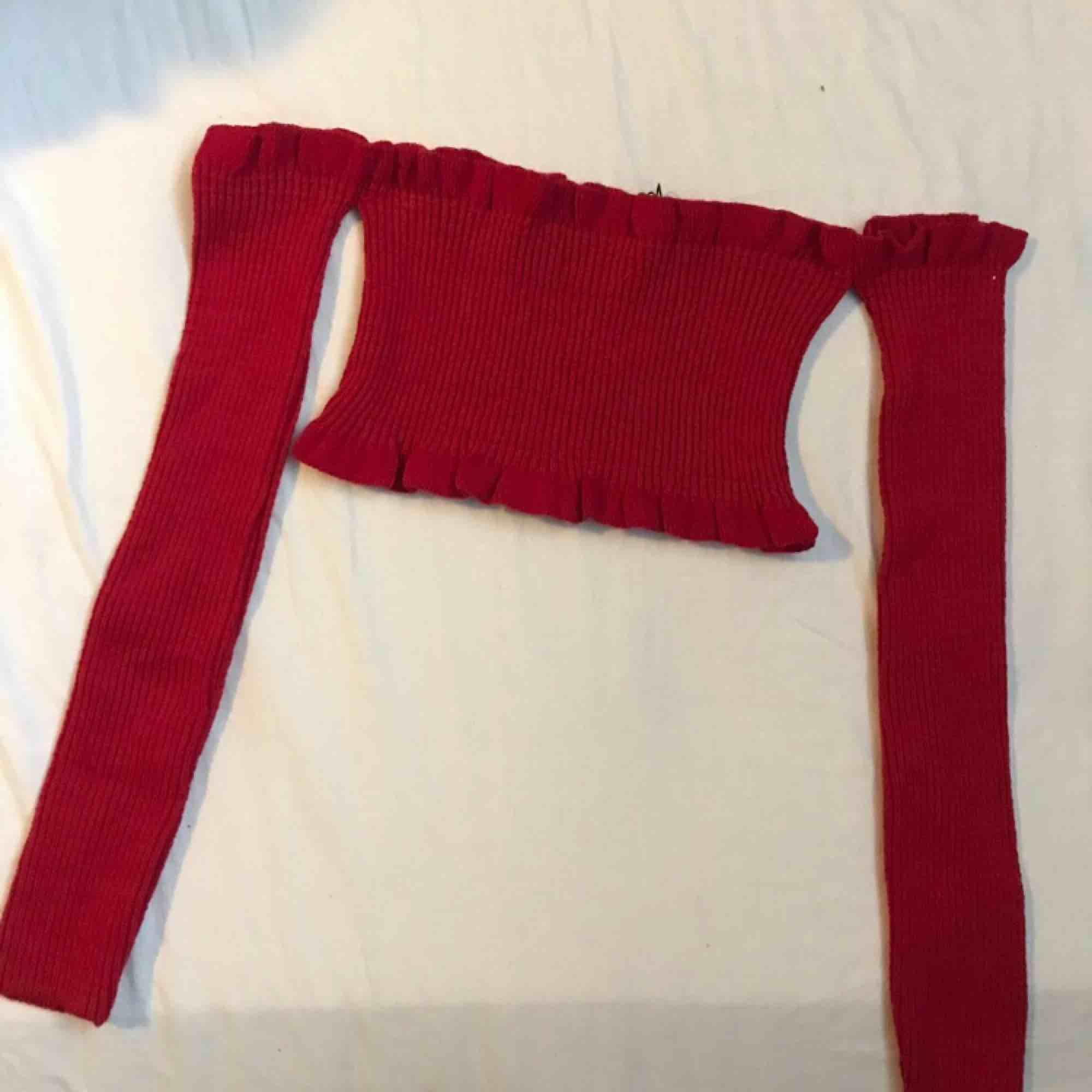 Röd topp från bohoo. Säljer den för att den inte passar på mig. Den är oanvänd.  Kan frakta eller mötas upp :) . Toppar.
