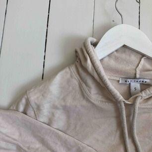 Kortare vit / beige hoodie från Nelly, storlek S. Kontakta mig för fler bilder. Finns i Malmö.