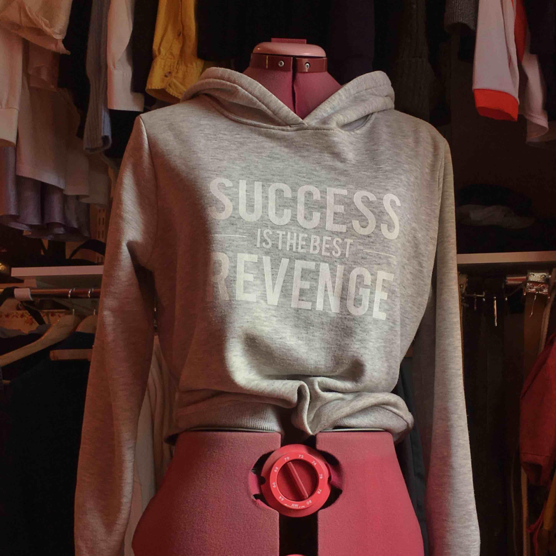 Hoodie från Gina i mjukt tyg. #hoodie . Huvtröjor & Träningströjor.