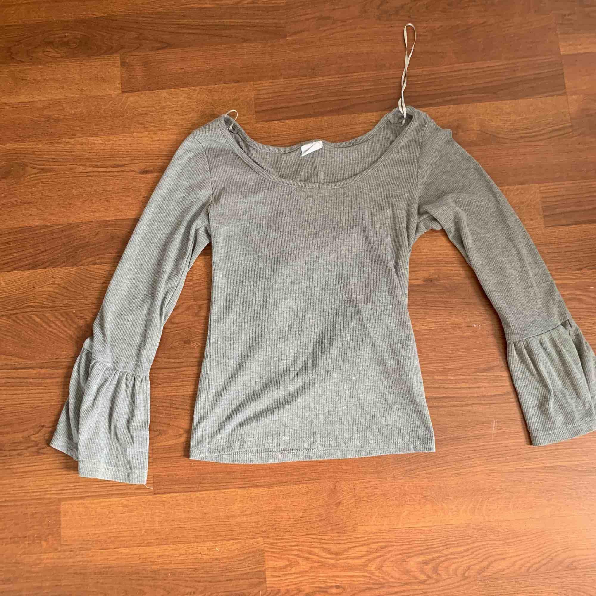 Skit fin grå långärmad tröja, har en liten U ringning i fram. Säljs för att den inte kommer till användning längre. Frakt tillkommer.. Övrigt.