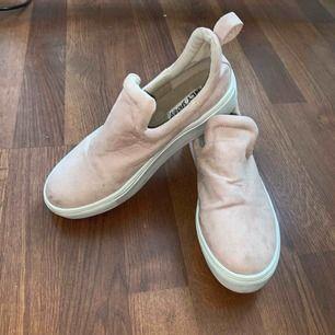 Dem är skit fina, men passar inte mig längre:( dem är lite små i storleken. köparen står för frakt. Dem tvättas innan dem skickas med:)