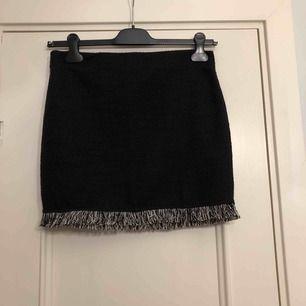 Svart kjol från Zara i storlek M med fransar nedtill. Aldrig använd. 100 kronor inkl. frakt!