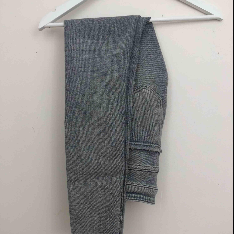 Gråa jeans från Zara, storlek 34. Nästan aldrig använda, bra kvalitet. Finns i Malmö, kontakta mig för fler bilder. . Jeans & Byxor.