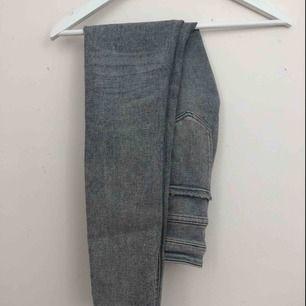 Gråa jeans från Zara, storlek 34. Nästan aldrig använda, bra kvalitet. Finns i Malmö, kontakta mig för fler bilder.