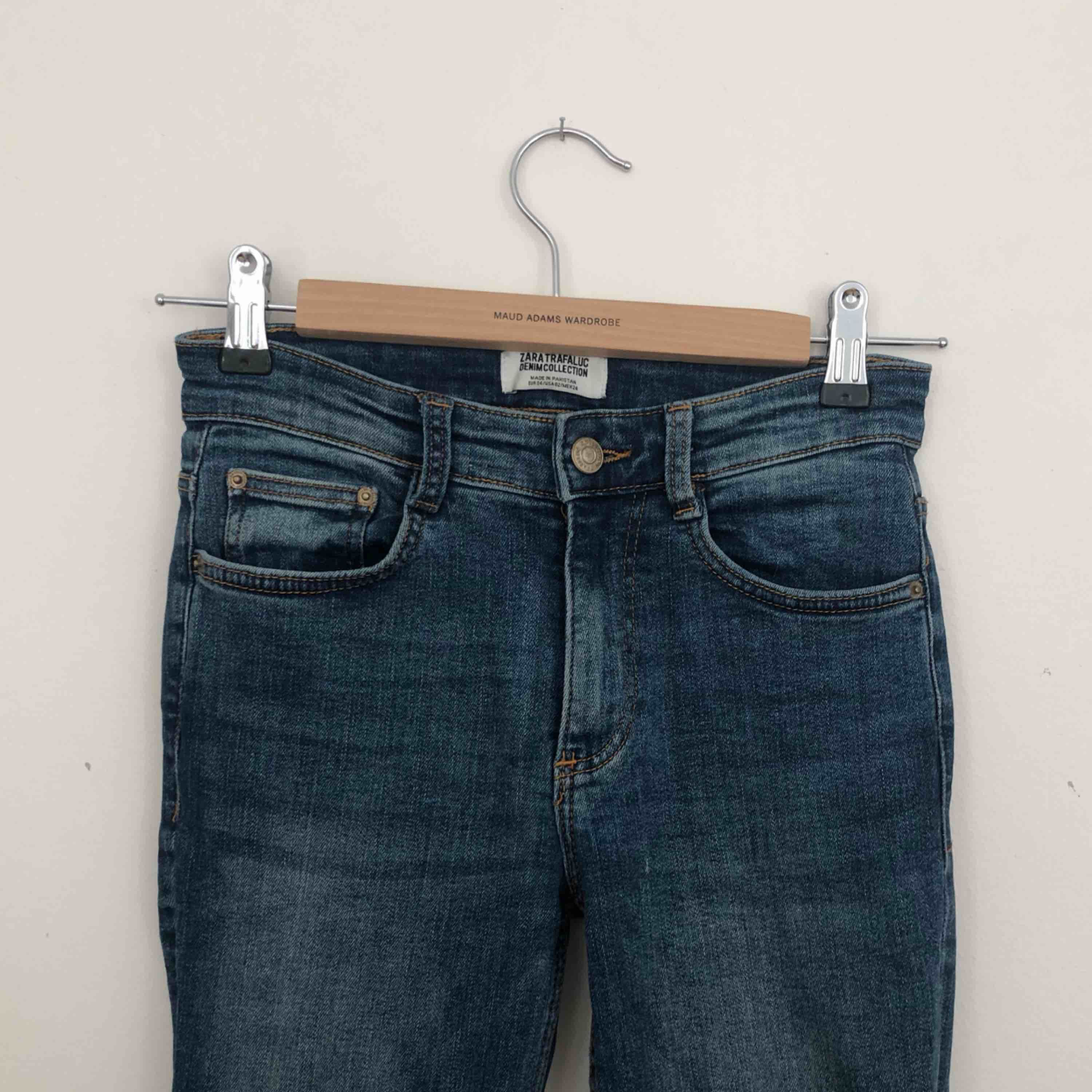 Jeans från Zara, storlek 34. Finns i Malmö, kontakta mig för fler bilder. . Jeans & Byxor.