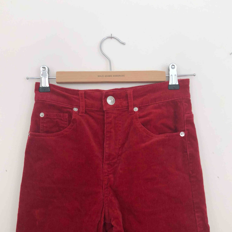 Röda ribbade byxor från HM. Finns i Malmö, kontakta mig för fler bilder. . Jeans & Byxor.
