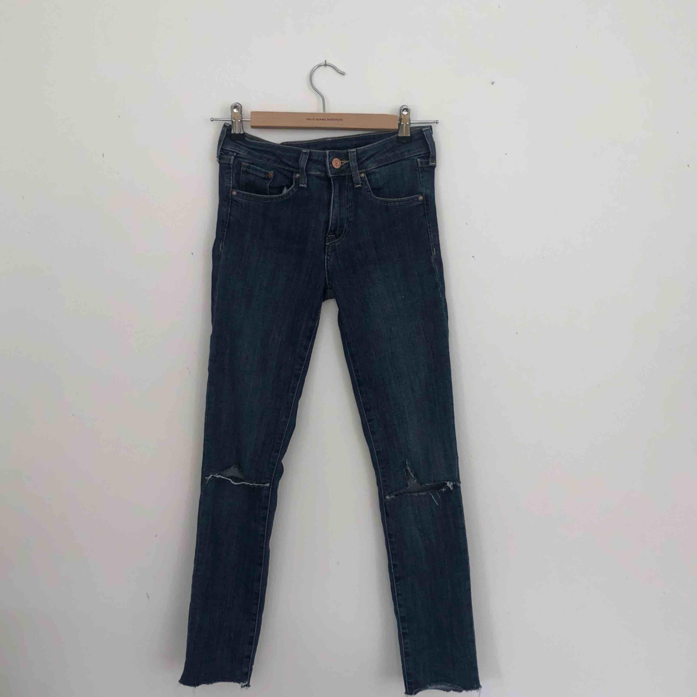 Jeans från Hm med hål. Finns i Malmö, kontakta mig för fler bilder. . Jeans & Byxor.