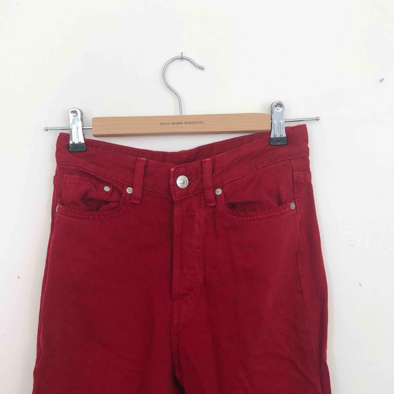 Röda jeans från hm. Sällan använda, bra skick! Finns i Malmö, kontakta mig för fler bilder. . Jeans & Byxor.